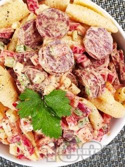 Италианска салата с паста (макарони), майонеза, чушки и колбас (шунка, бекон) - снимка на рецептата